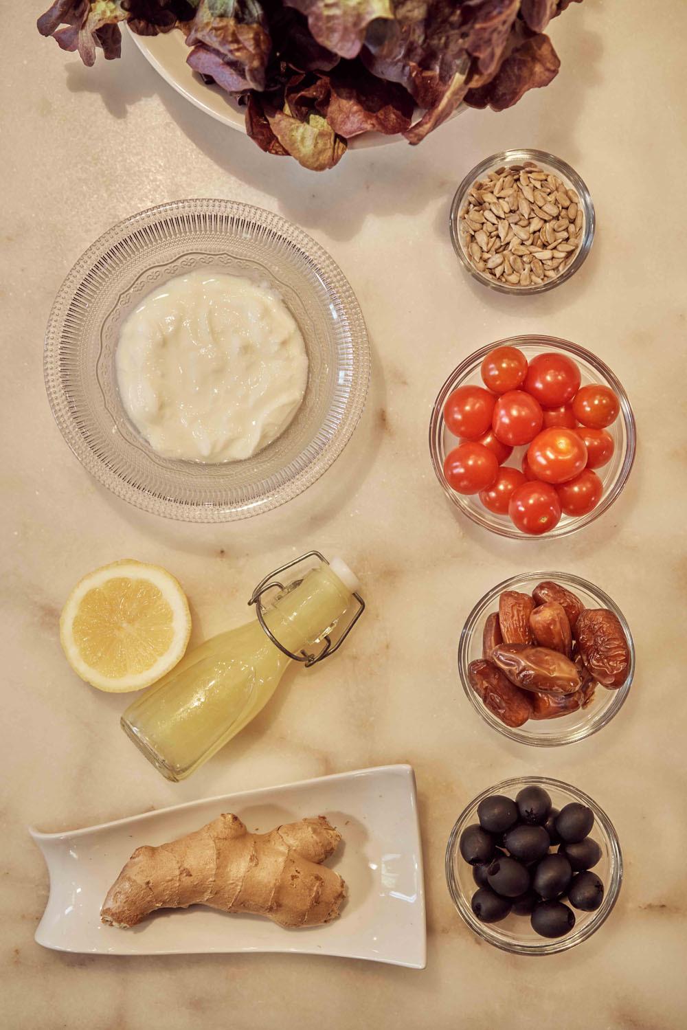 Los ingredientes que necesitas para preparar esta ensalada de temporada. Créditos: cuenco de cristal de Zara Home.
