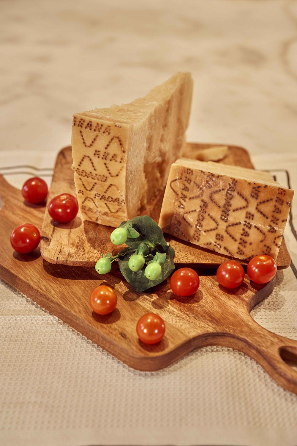 El queso Grana Padano, patrimonio gastronómico de Italia desde hace casi 1.000 años, posee características nutricionales que lo diferencian del resto, como proteínas de calidad, vitaminas y sales minerales.  Créditos: mantel y tabla de madera de Zara Home.