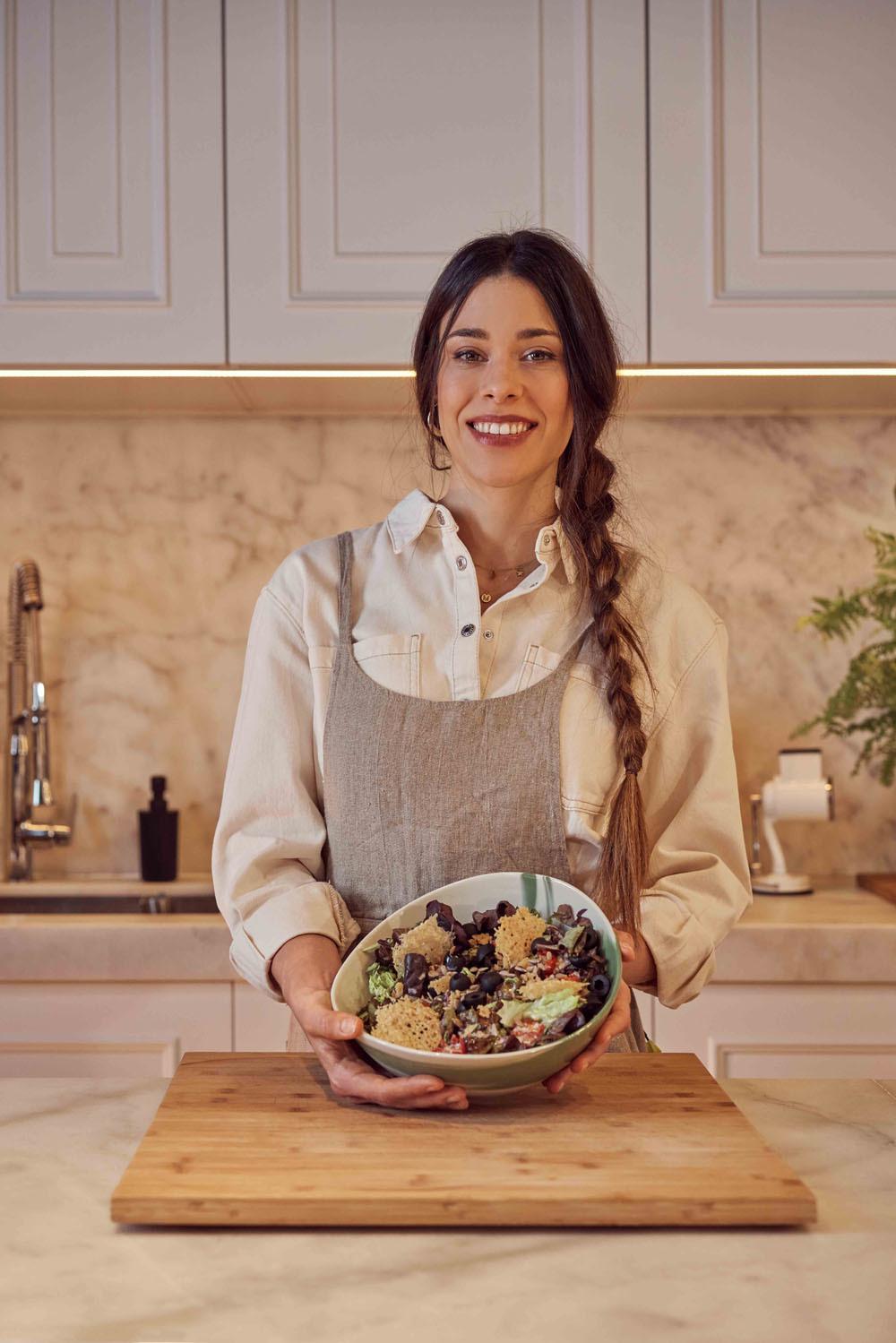 Marta Sanahuja de Delicious Martha nos invita a utilizar el queso Grana Pandano, tan saludable y especial. Créditos: camiseta vaquera beige de Mango y delantal de lino de Zara Home.