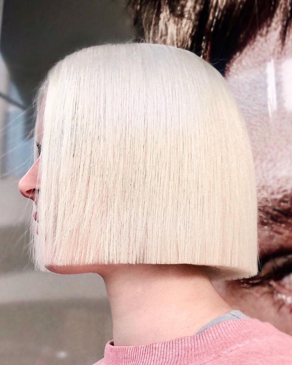 En rubio polar y a la altura de la mandíbula, el paper cut bob es un corte que engrosa el pelo fino.
