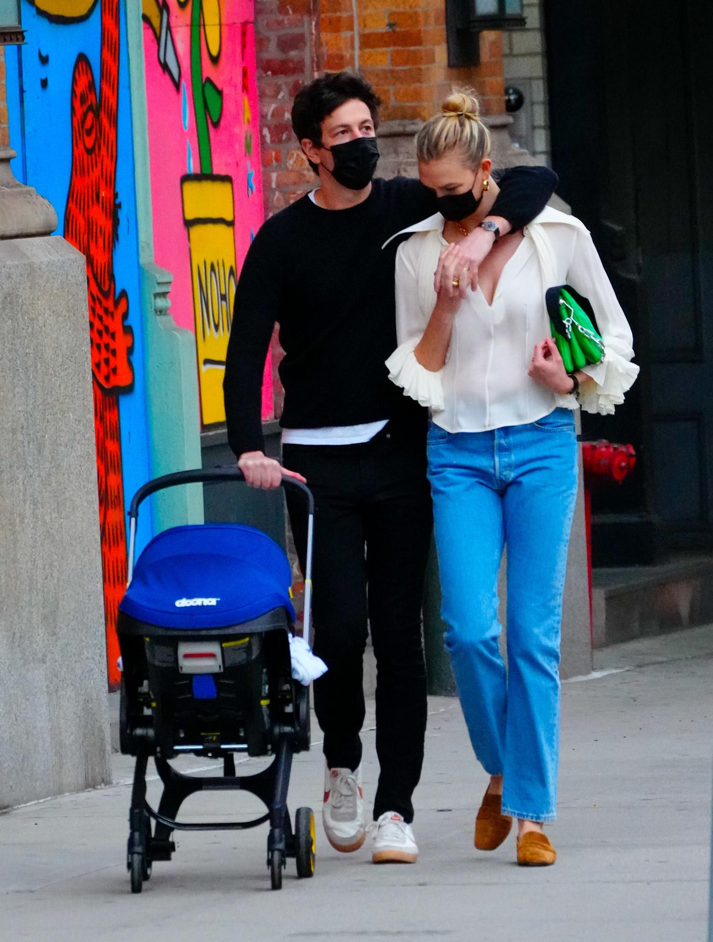 Karlie Kloss con Joshua Kushner y su bebé paseando por Nueva York.