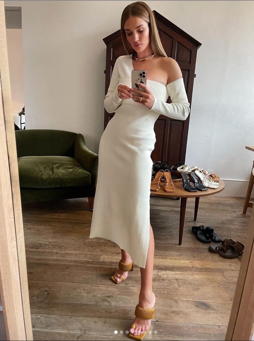 Rosie Huntington con vestido blanco.