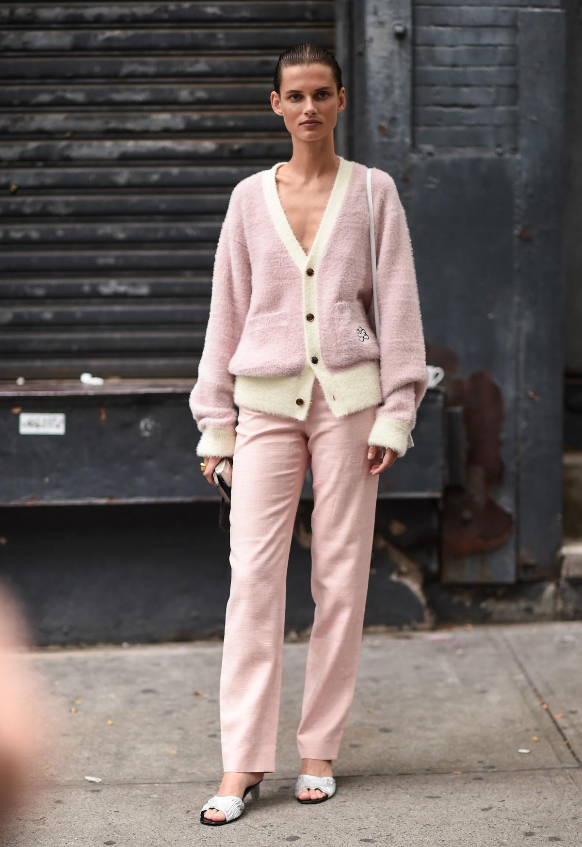 Una modelo con total look rosa.