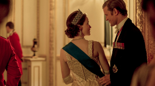 Felipe de Edimburgo y la reina Isabel, en un fotograma de The Crown...