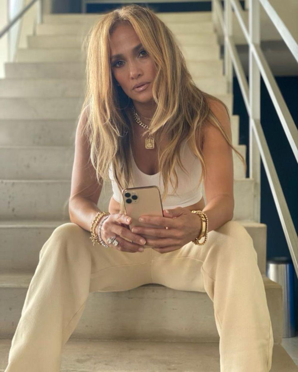 El pelo más rubio en tonos cálidos y el maquillaje en tonos marrones y nude que lleva Jennifer Lopez siempre favorece a todas las pieles y complexiones.