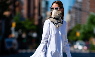 Olivia Palermo con una blusa blanca.