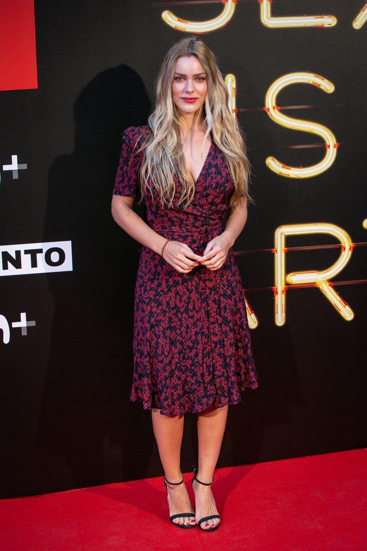 La actriz Alejandra Onieva con vestido cruzado.