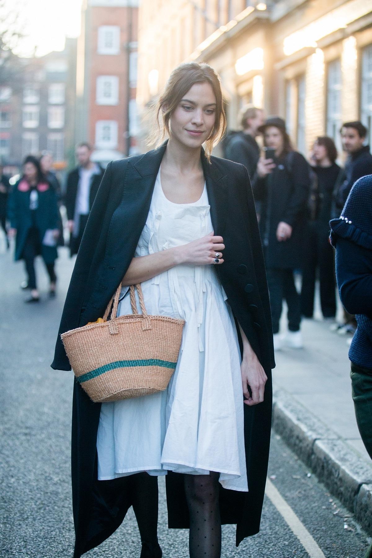 Alexa Chung con cesta y vestido blanco.