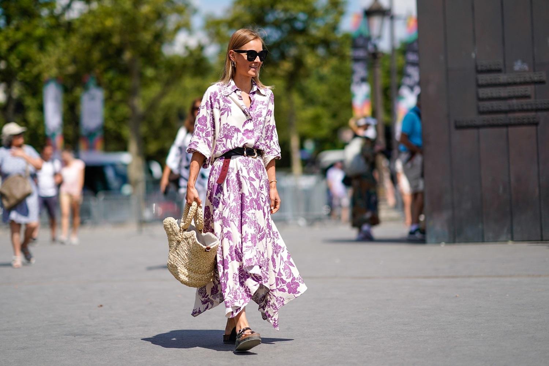 Una invitada a los desfiles con cesta y vestido camisero.