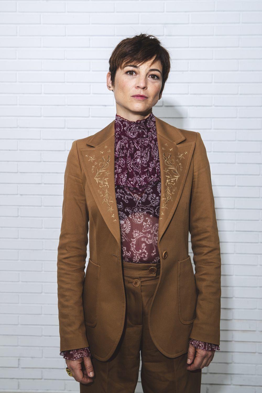 La actriz Leonor Watling elige un pixie desfilado que puede peinar de la forma más fácil con unas mechas cálidas avellana.
