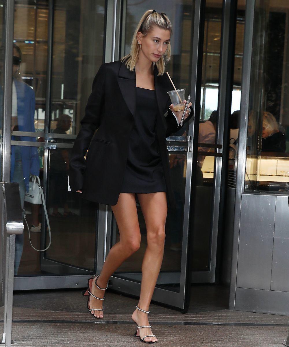Hailey Baldwin con un vestido negro y blazer.