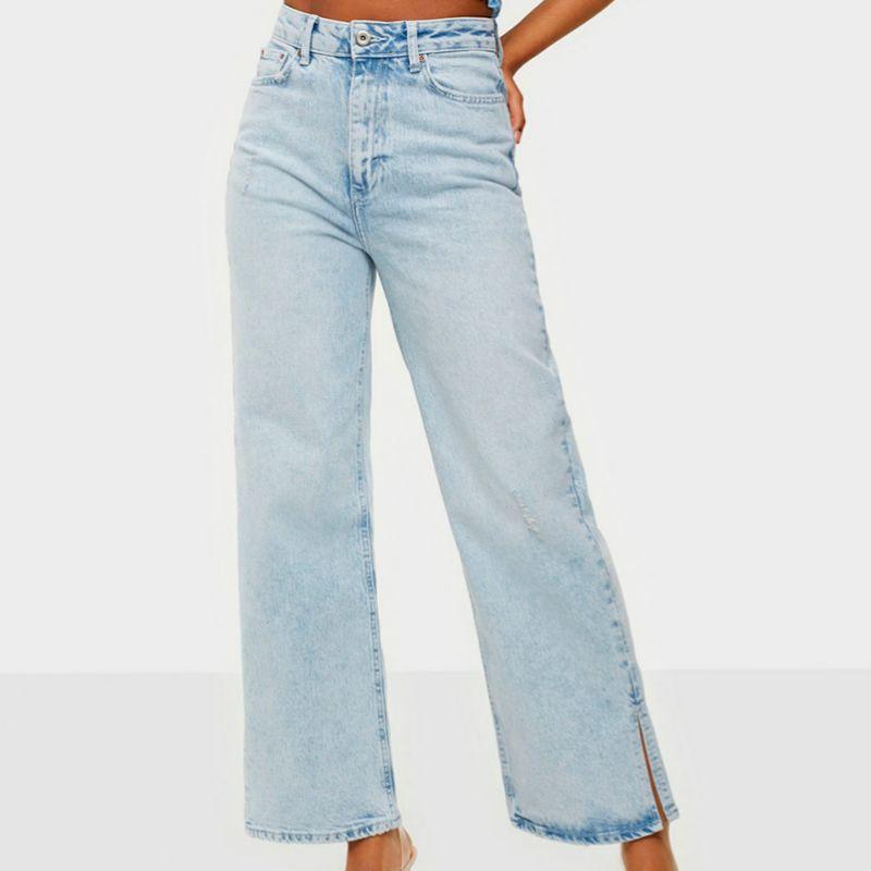 Jeans anchos con abertura en el bajo