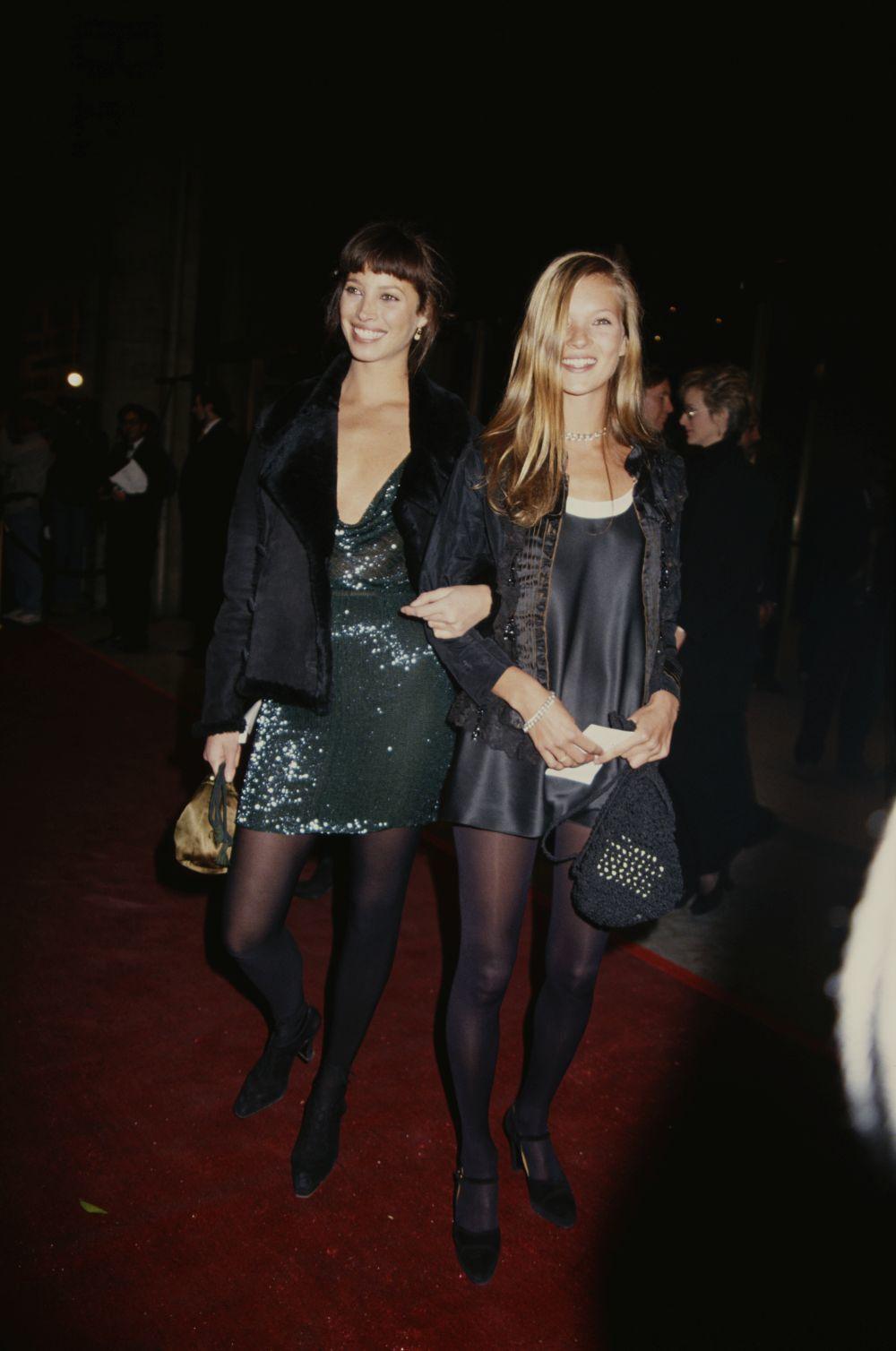 Las modelos Christy Turlington y Kate Moss con vestidos negros en la década de los 90.