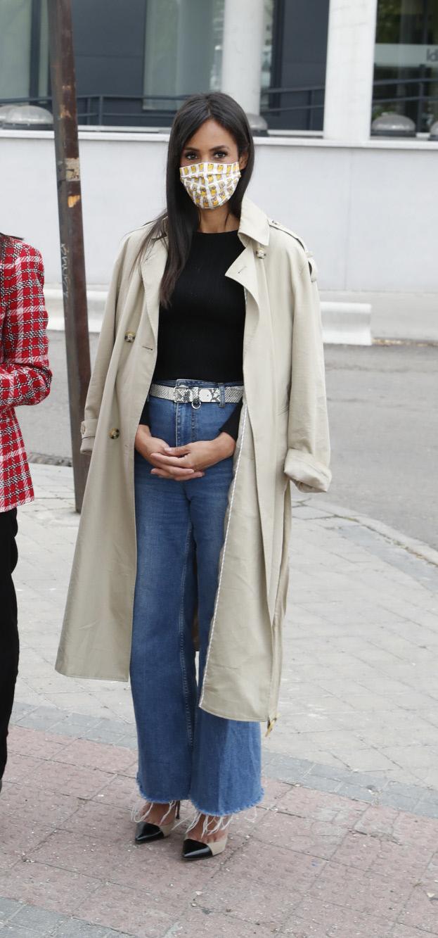 Begoña Villacís con gabardina y jeans.