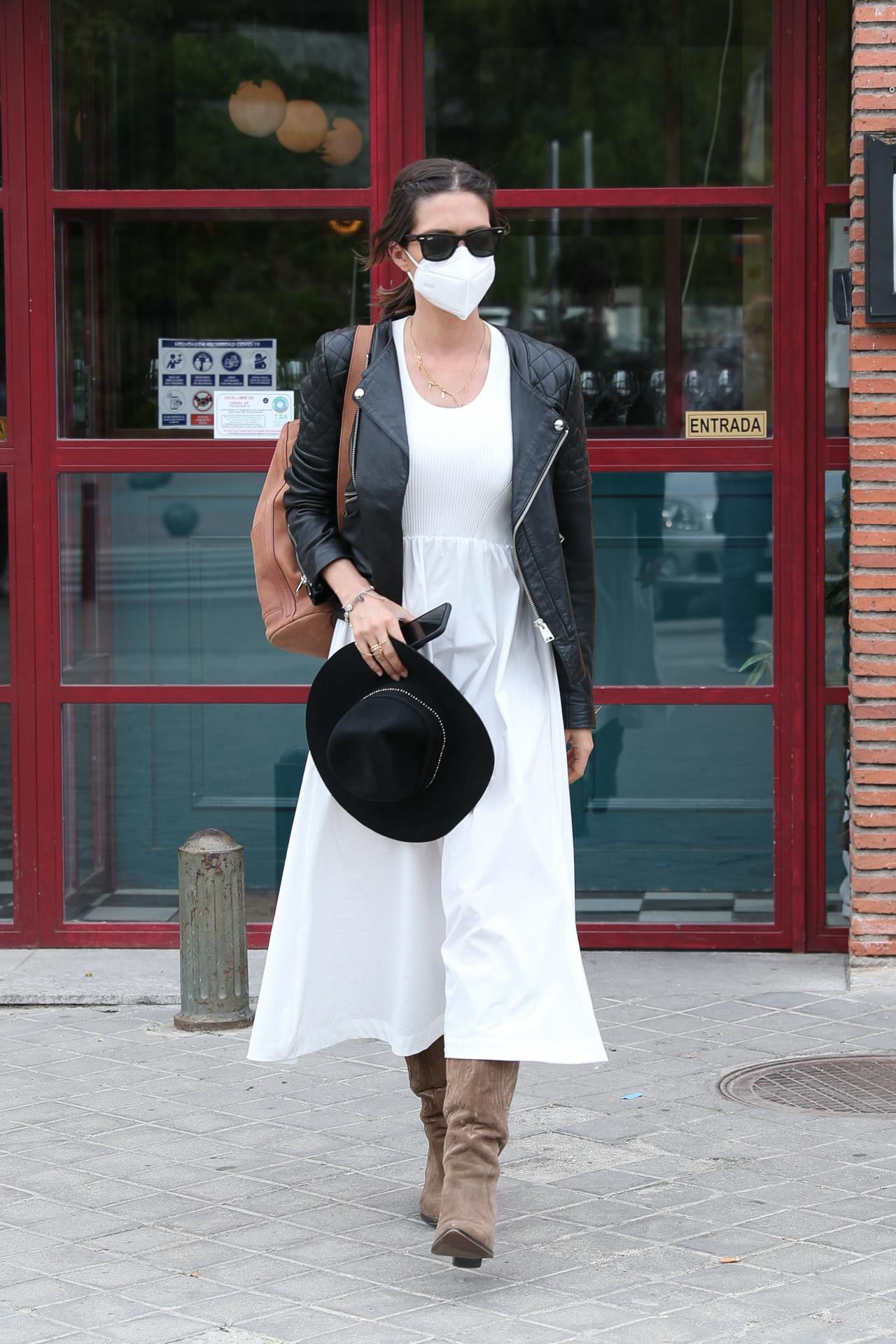 Sara Carbonero con vestido blanco y biker.