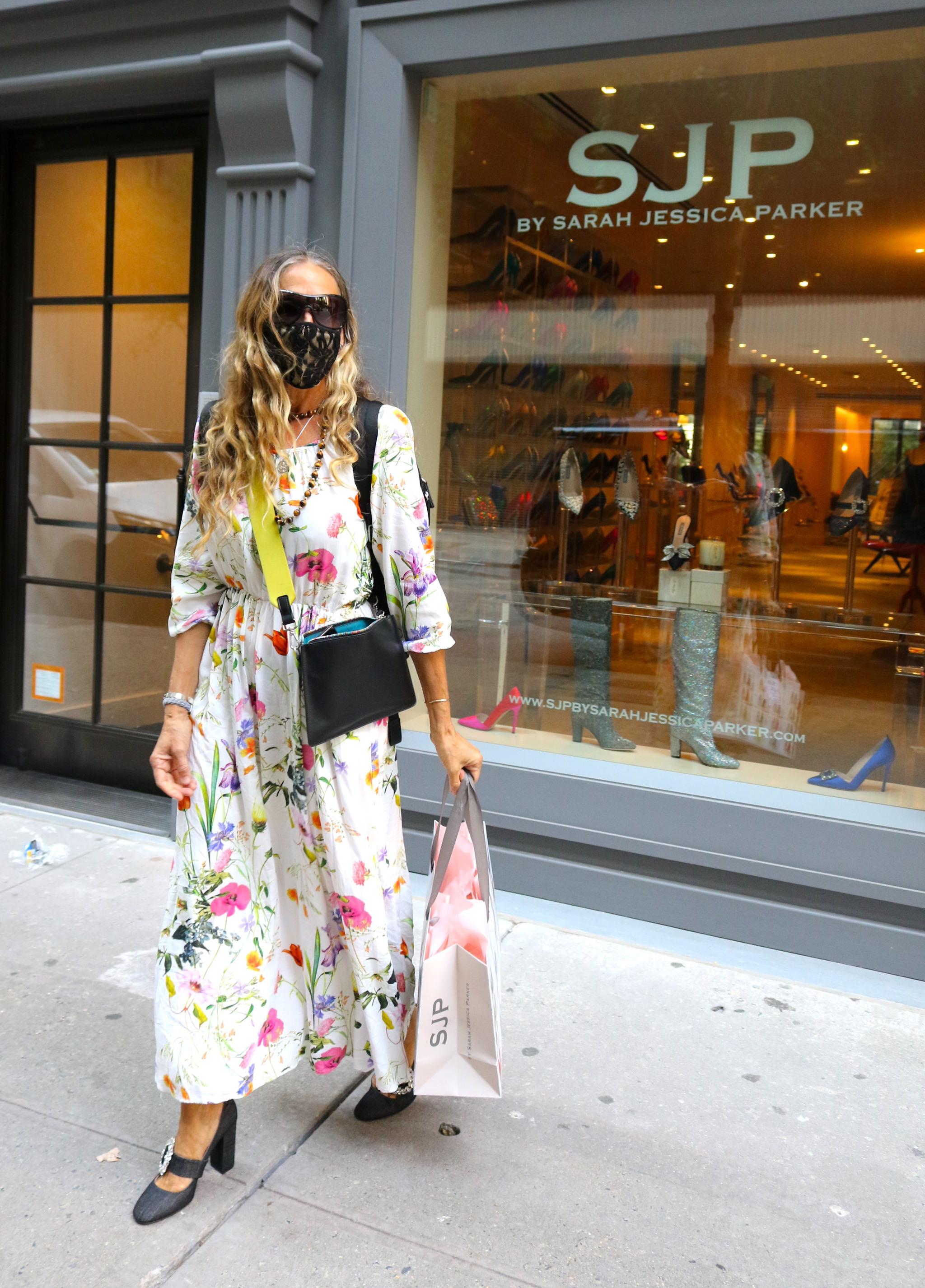 Sarah Jessica Parker con vestido de flores.