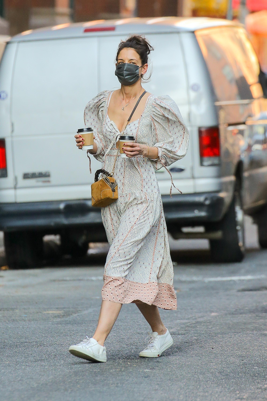 Katie Holmes con un vestido con volumen en los hombros.