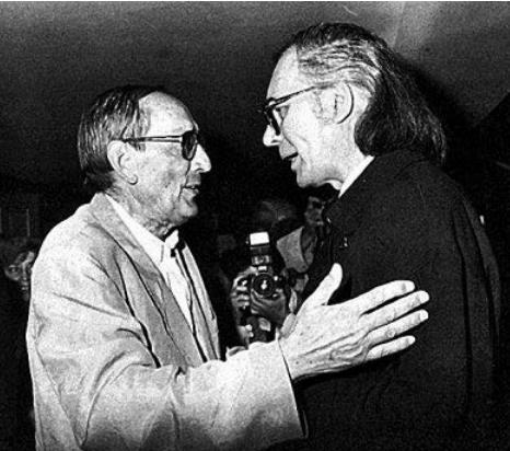 Miguel Delibes, izquierda, saluda a Francisco Umbral.