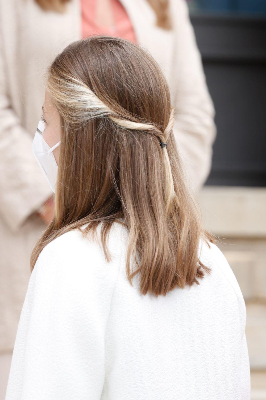 Detalle del semirrecogido romántico  en varios tonos de rubio de la princesa Leonor.