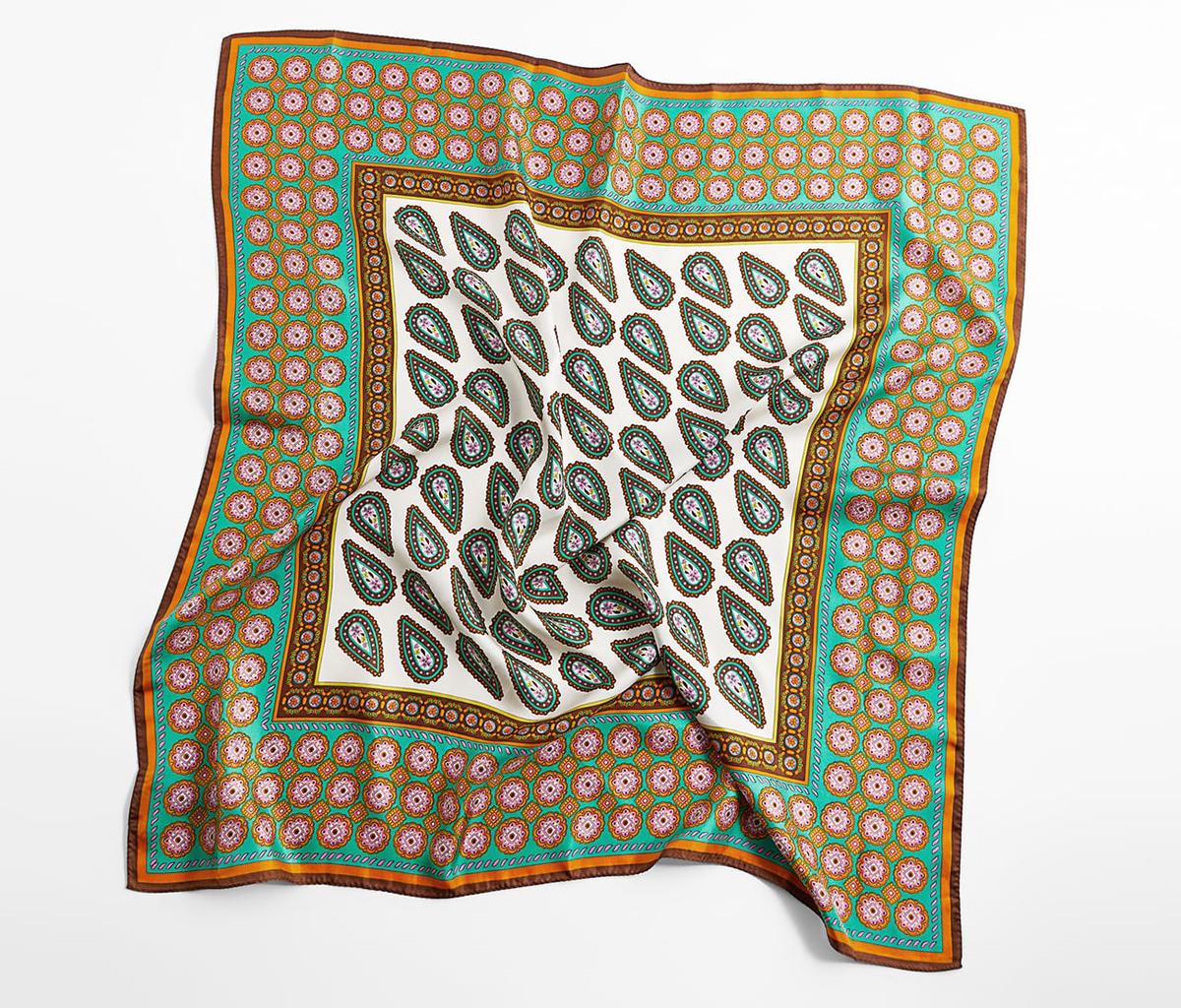 Pañuelo de seda, de Zara.