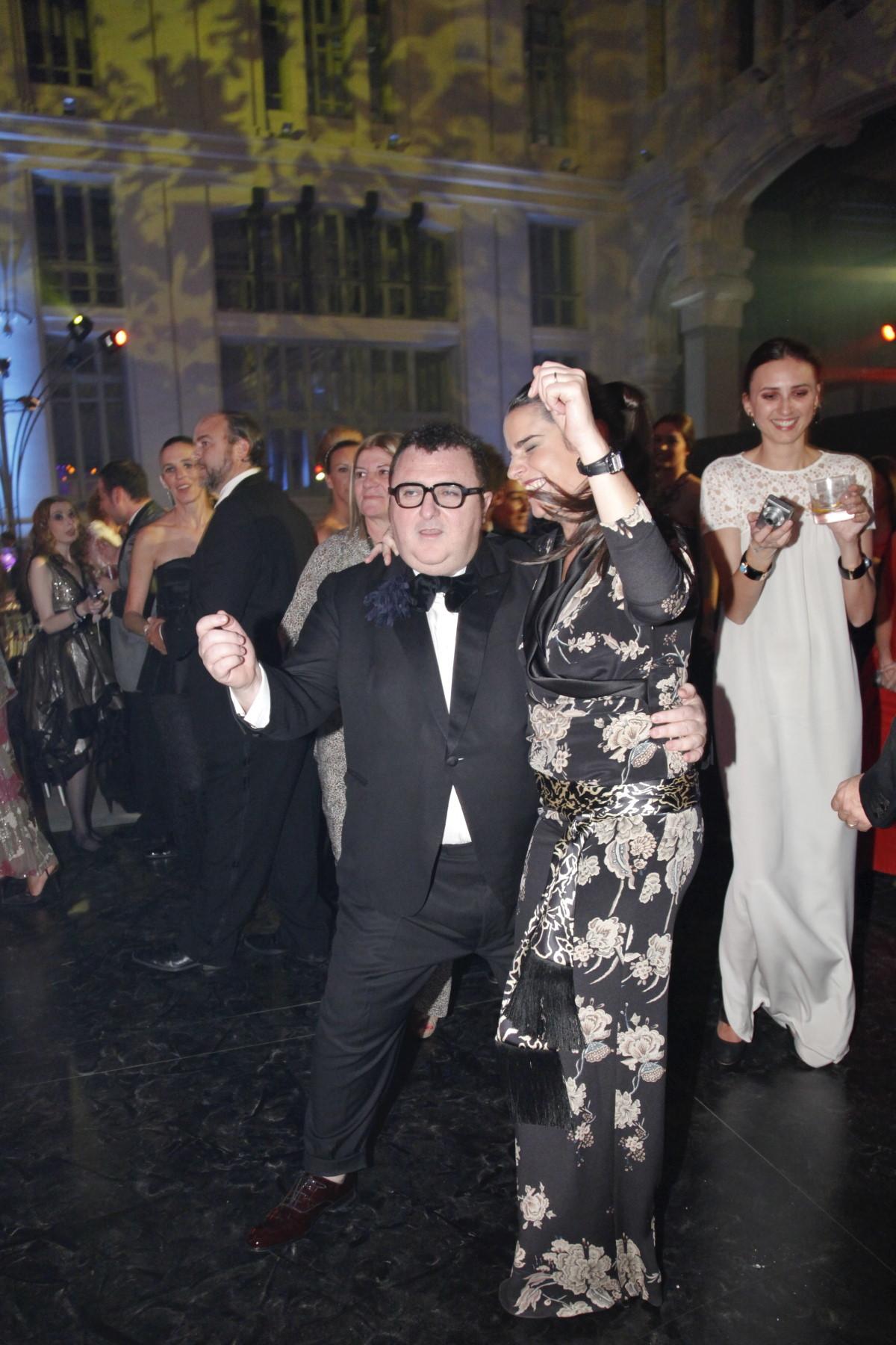 Alber Elbaz baila junto a Verónica Etro en la fiesta de los Premios Telvaen Madrid, 2010.