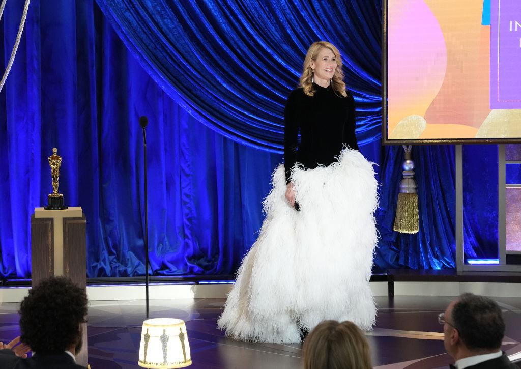 """Laura Dern entregó el premio a mejor película extranjera a """"Otra Ronda"""", de Thomas Vinterberg."""