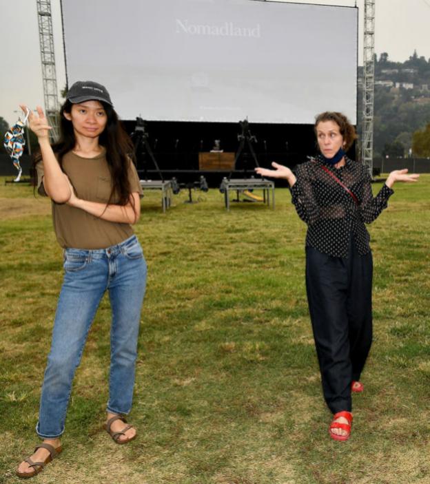 Chloé Zhao y Frances McDormand, directora y protagonista de la película Nomadland, ganadora de tres Premios Oscar 2021.