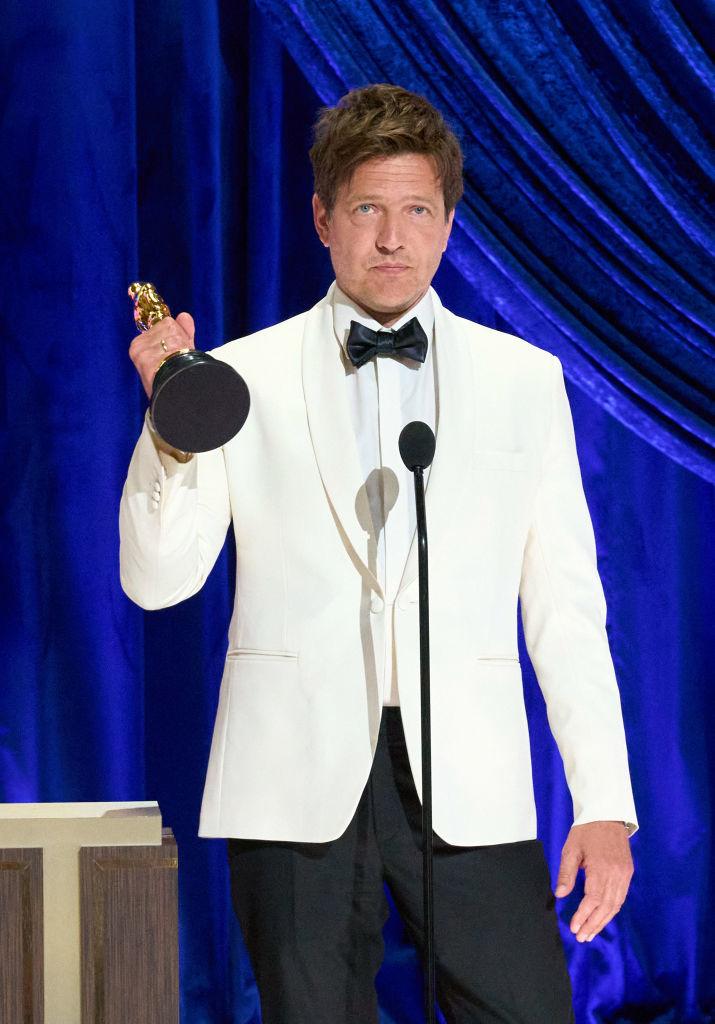 """Thomas Vinterberg, ganador del Oscar a mejor película extranjera por """"Otra ronda"""", lloró recordando a su hija recientemente fallecida."""