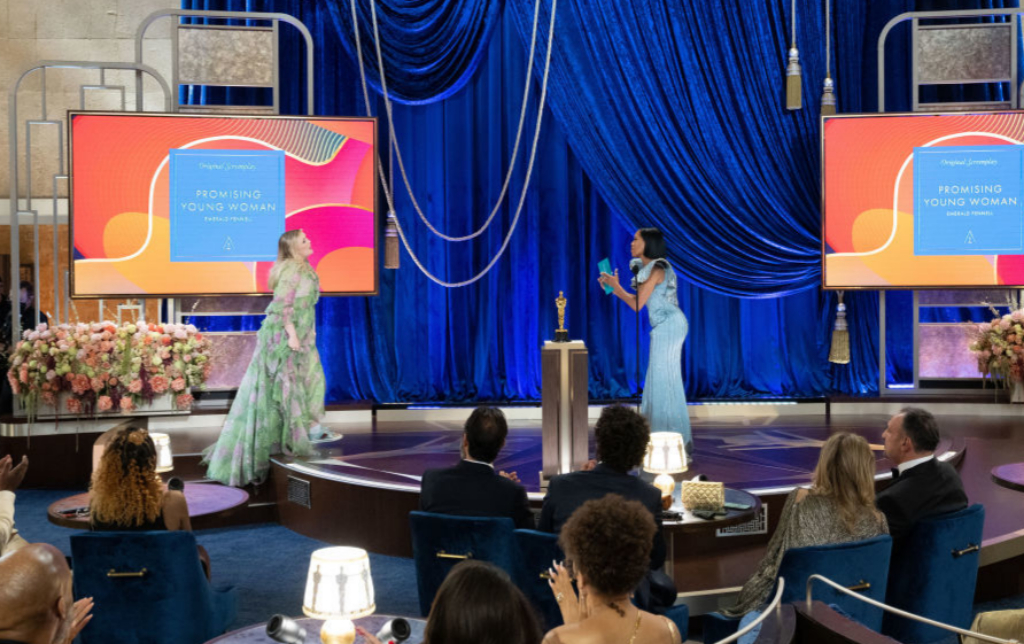"""Regina King entregándole el premio a Emmerald Fennell por mejor gion por """"Una joven prometedora""""."""