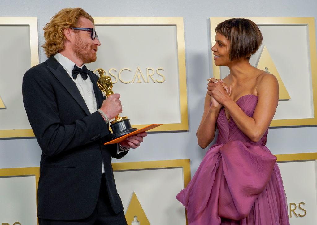 Halle Berry entregó el premio a mejor diseño de producción a Erik Messerschmidt por Mank.