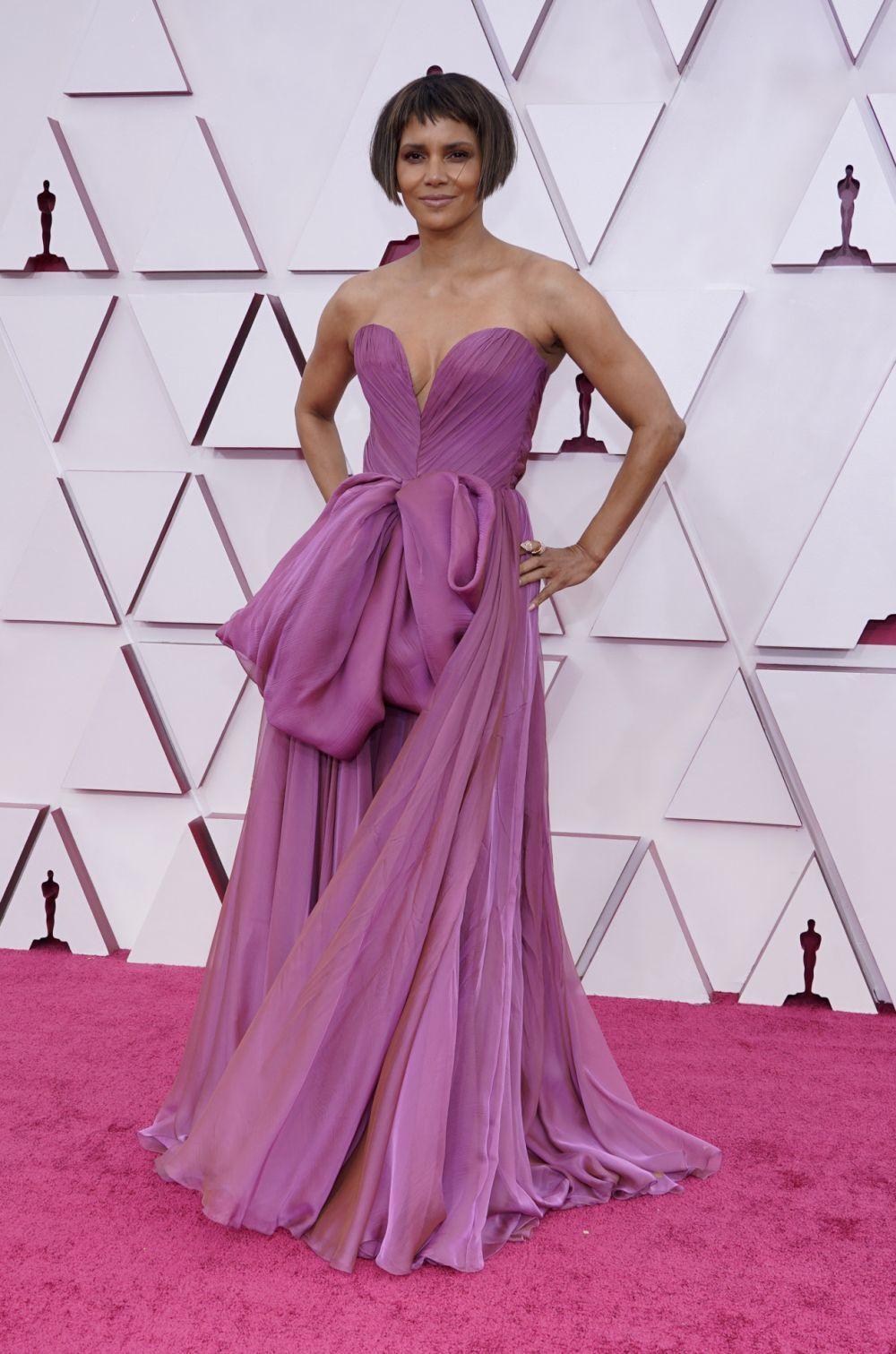 Con vestido de Dolce & Gabbana en tono lila empolvado, Halle Berry estaba espectacular en los Oscars 2021.