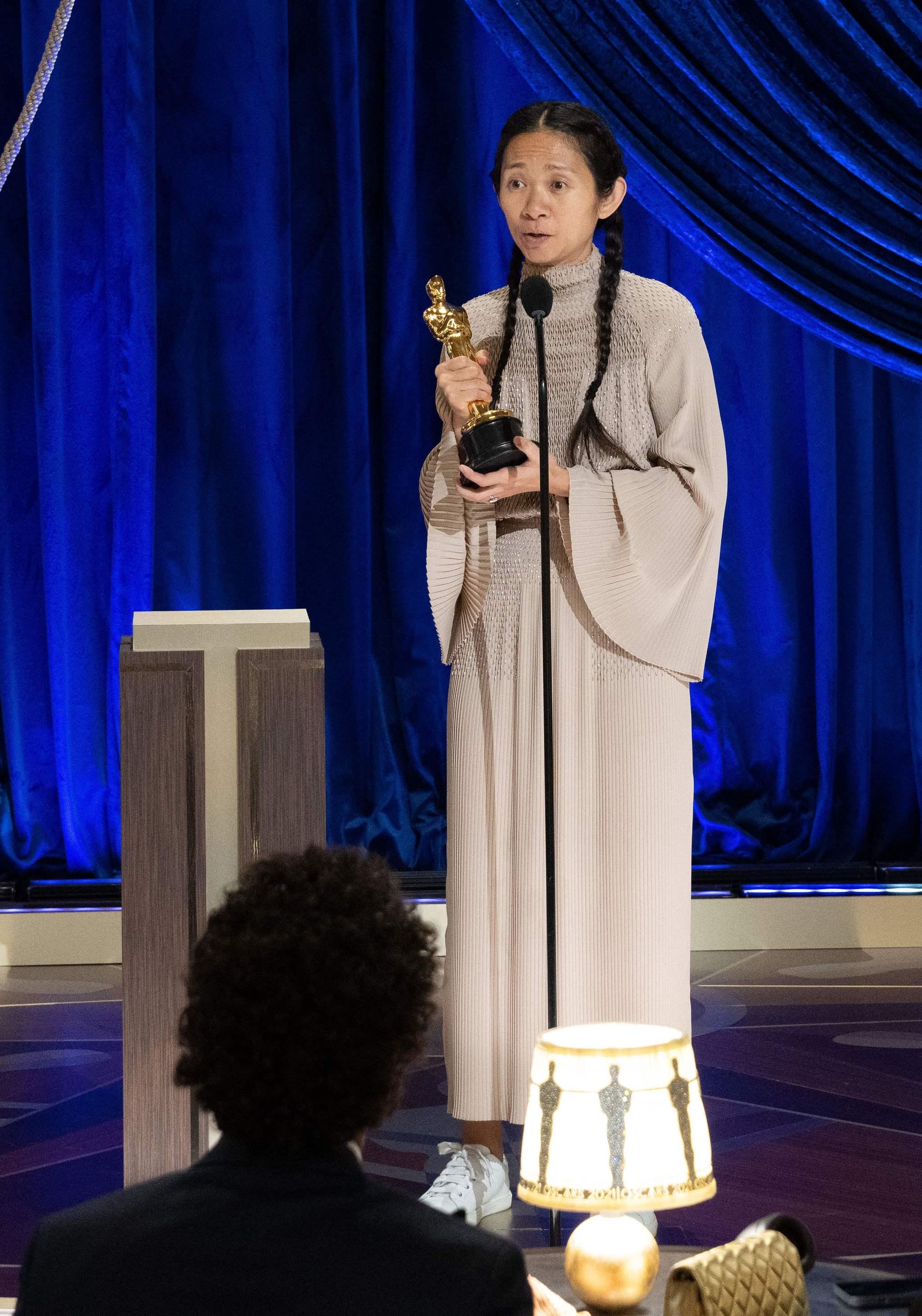 Chloé Zhao recogiendo su Oscar como mejor directora