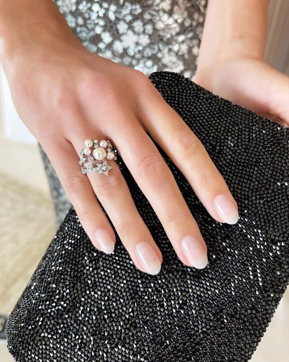 La manicura de Margot Robbie realizada por Tom Bachik con esmalte de uñas Ballerina de Chanel.