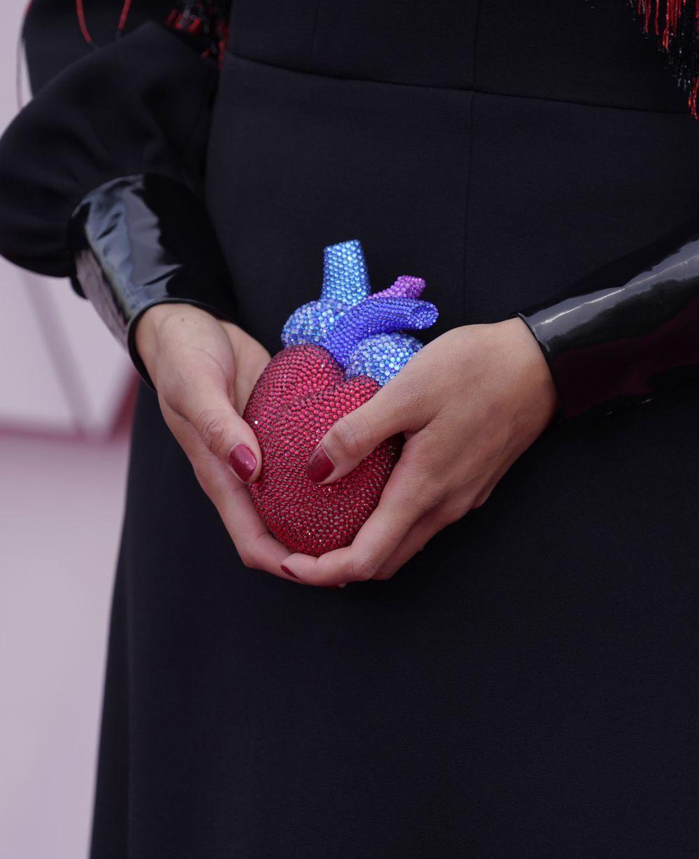 La manicura roja metalizada de Celeste Waite.