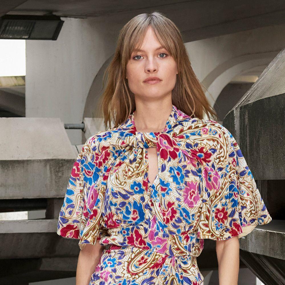 El flequillo cortina será una tendencia que veremos en las melenas de este otoño invierno 2021 2022 y así de inspirador lo lucen las modelos en el desfile de Isabel Marant.