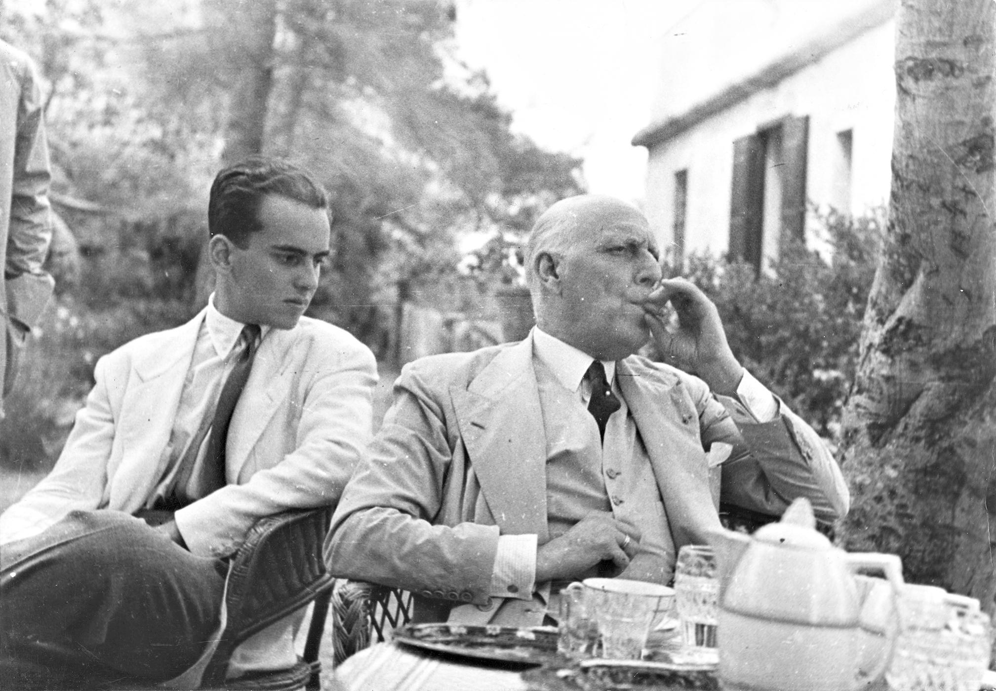 Miguel  Milá con su padre, el conde de Montseny, hacia 1950.