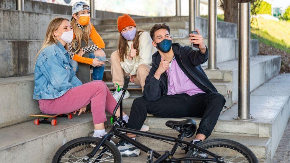 Socializar es una prioridad en la adolescencia.