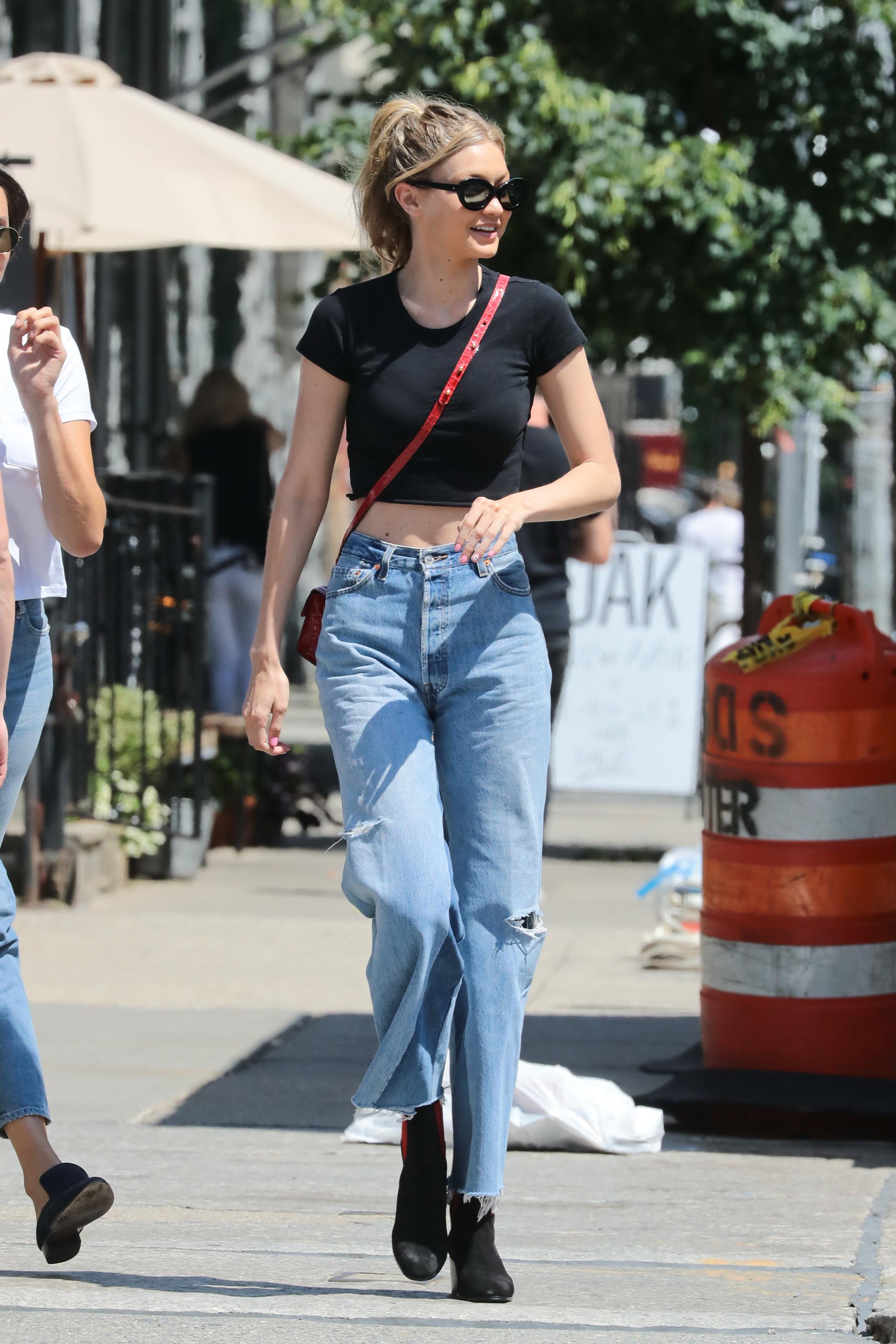 Gigi Hadid con mom jeans.