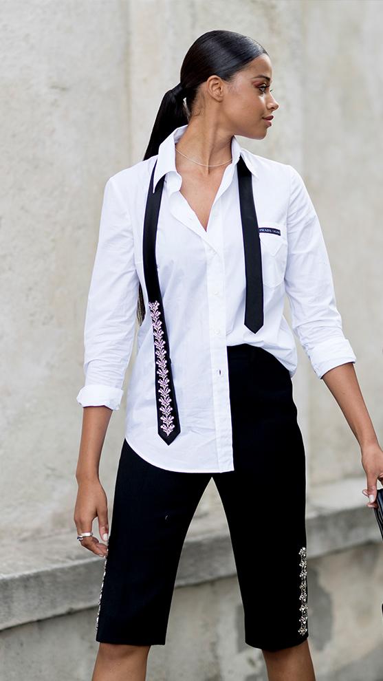 La camisa blanca es una prenda imprescindible en primavera.