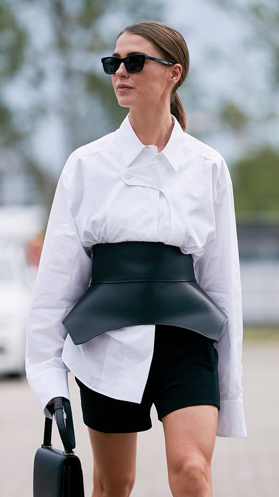Ciñe tus camisas con un cinturón original.