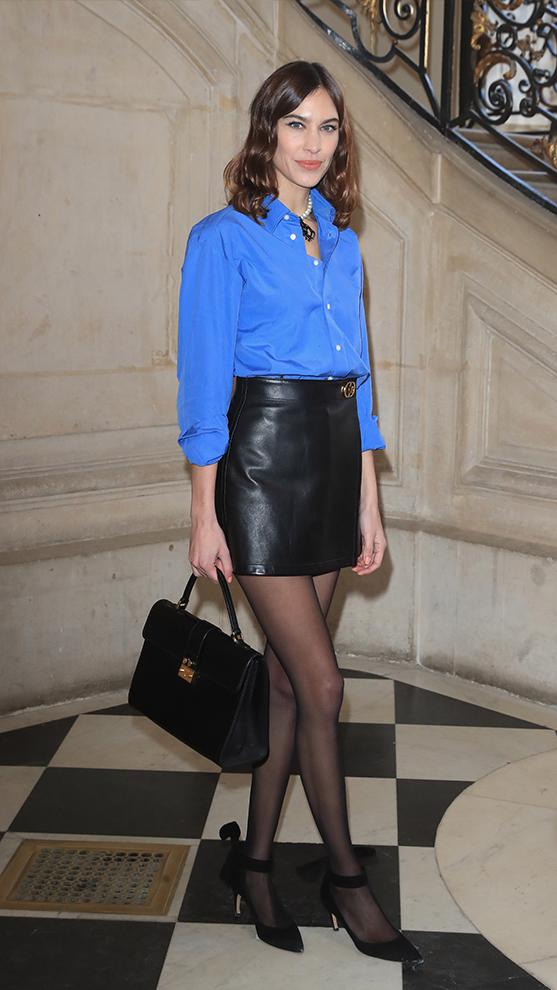 Alexa Chung con minifalda.