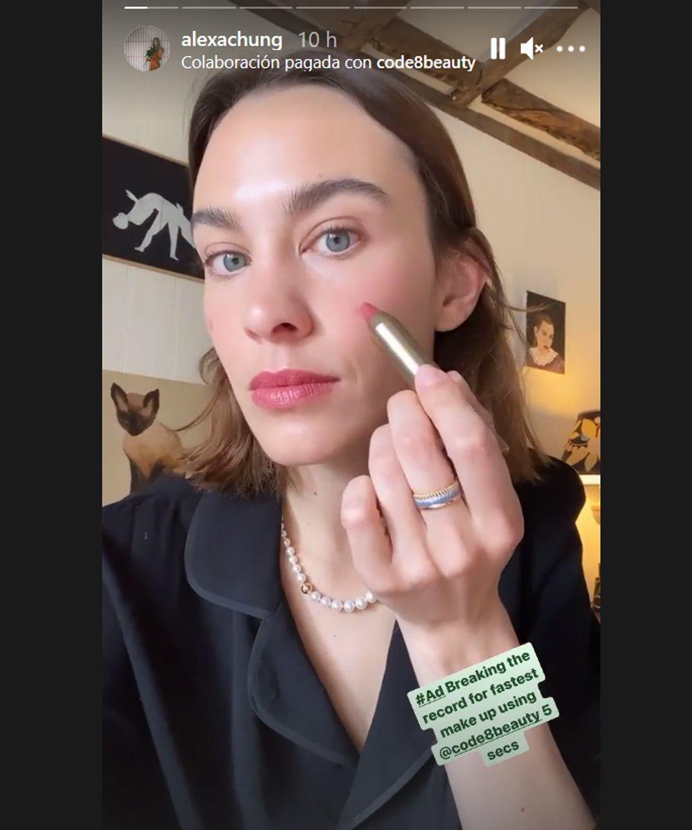 Alexa Chung aplica dos puntos de lapiz labial en lo alto de sus mejillas para dar un tono más natural a su piel a la hora de maquillarse.
