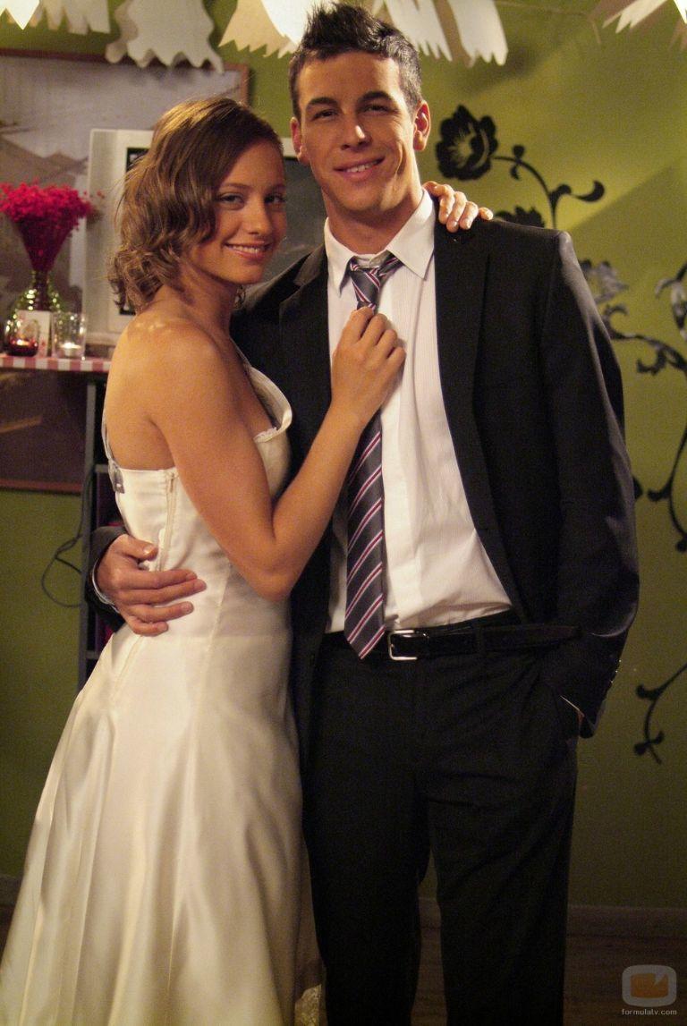 """Mario Casas y Michelle Jenner en el rodaje de """"Los Hombres de Paco"""", serie que ahora vuelve a unirlos, en 2004."""