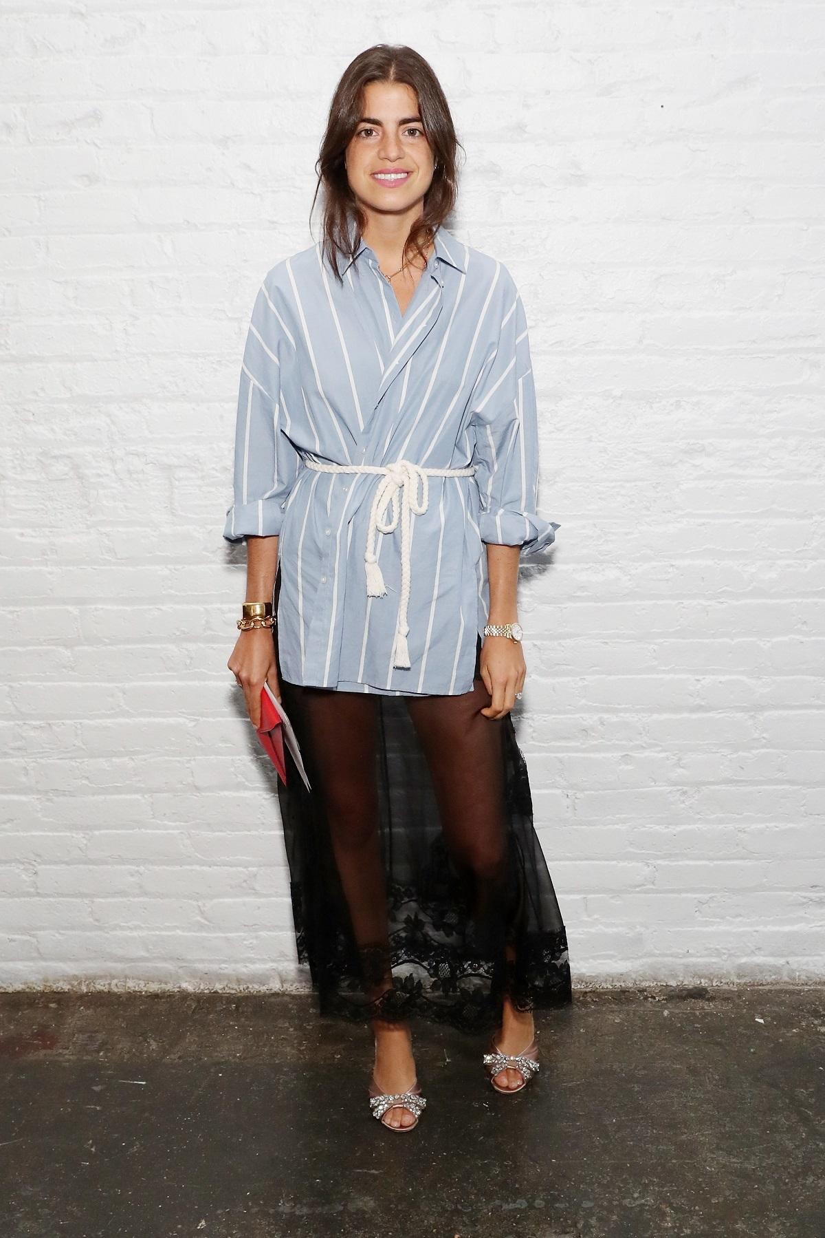 Leandra Medine con camisa y falda.