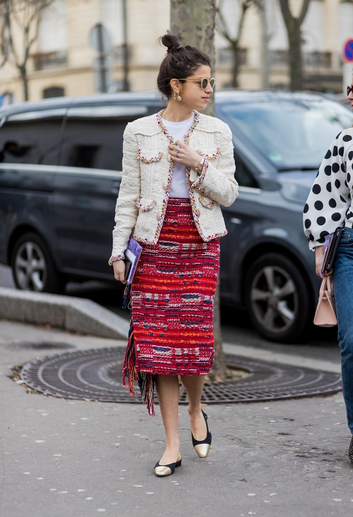 Leandra Medine con una falda de estilo étnico.