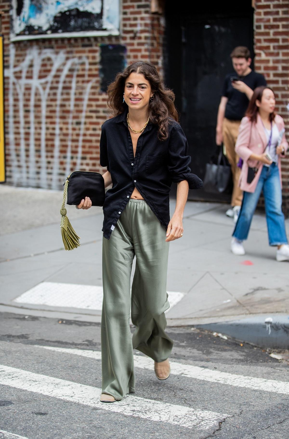 Leandra Medine con camisa y pantalón ancho.