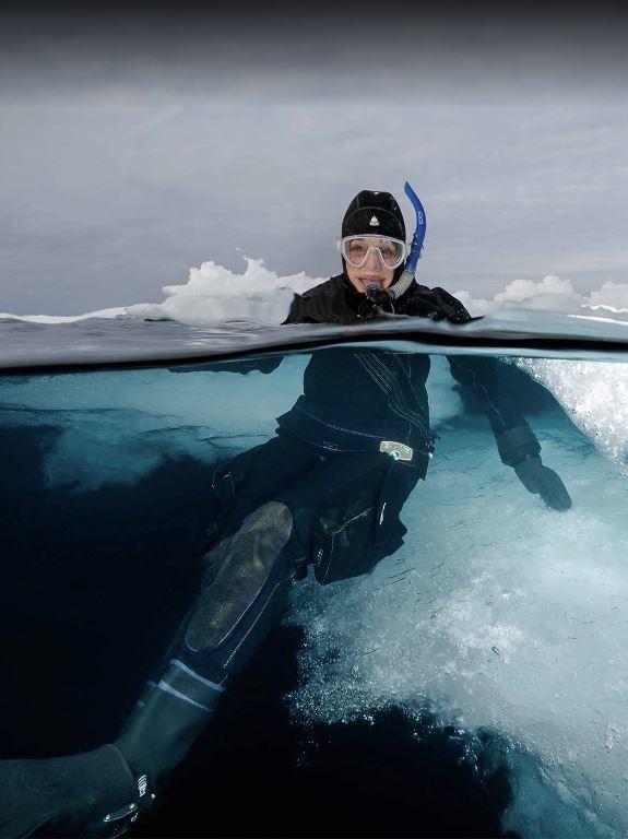 Sylvia Earle, fotografiada en 2015 por David Doubilet en la Elysium Arctic, expedición en la que participaron para explorar y documentar el Ártico.