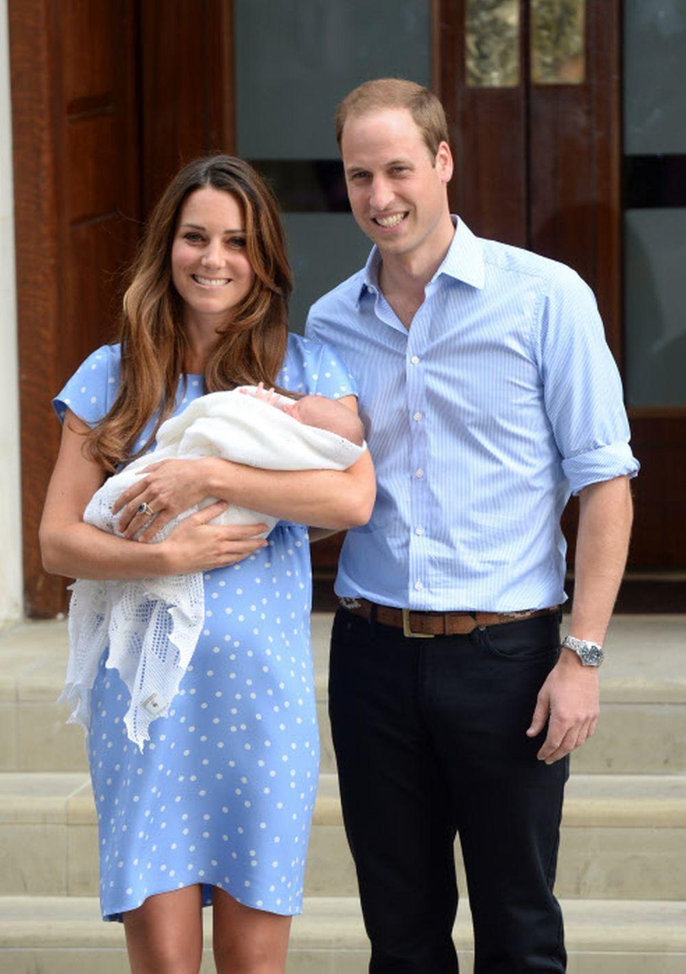 Kate Middleton y Guillermo presentan al príncipe George.