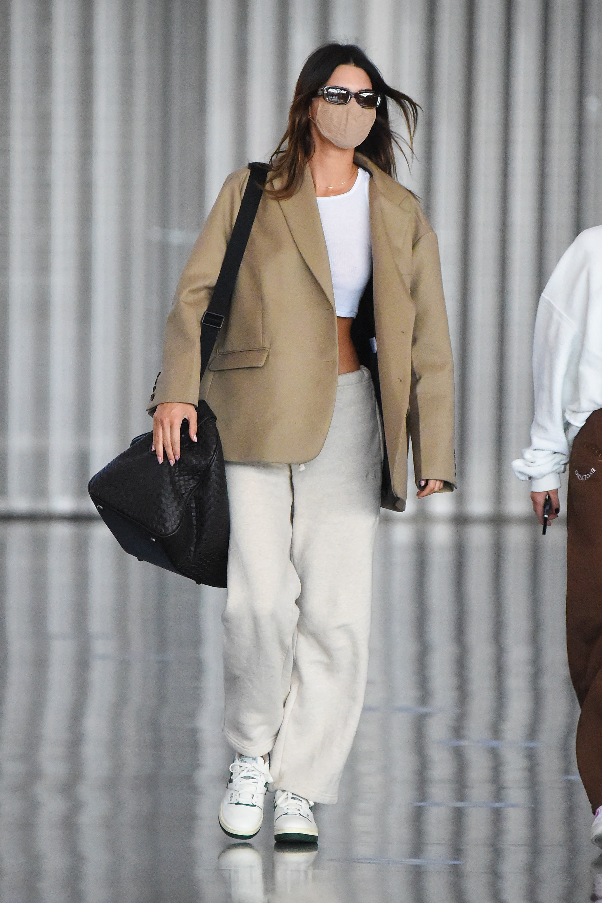 Kendall Jenner con joggers y blazers.