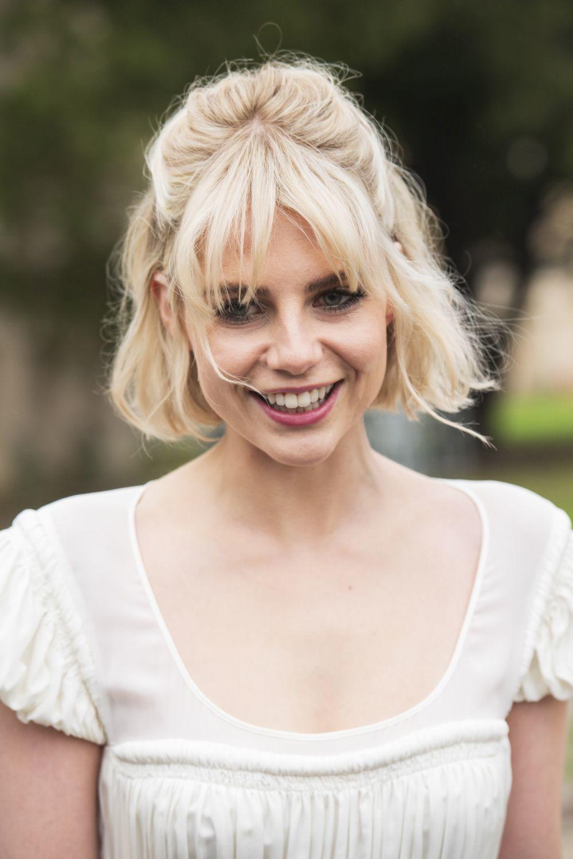 Lucy Boynton sabe que el flequillo largo y desfilado son la opción más segura para recoger su media melena y dejar su pelo crecer.